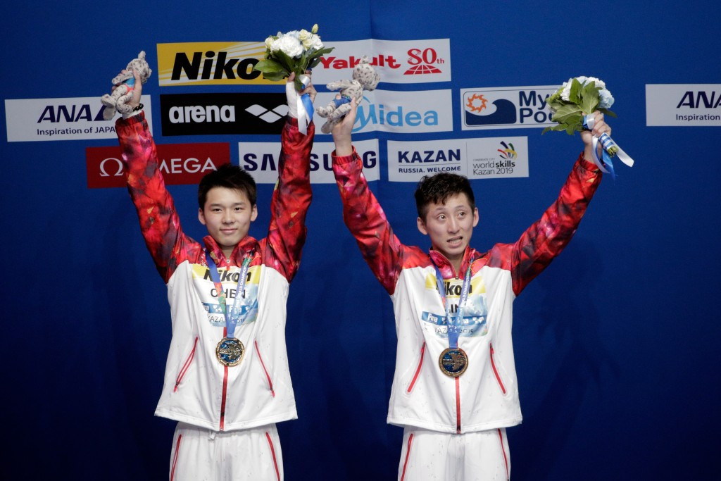 China's Aisen Chen and Yue Lin celebrate their success in the men's 10m platform synchronised diving event ©Getty Images