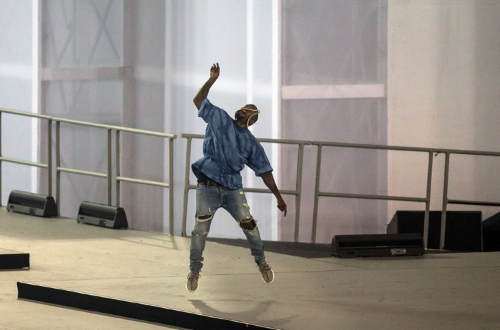 Kanye West throws his microphone high into the air to end his performance ©AFP/Getty Images