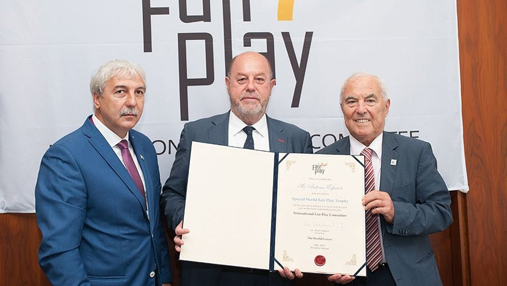 Antonio Espinós, centre, has been awarded the Special World Fair Play Trophy ©WKF