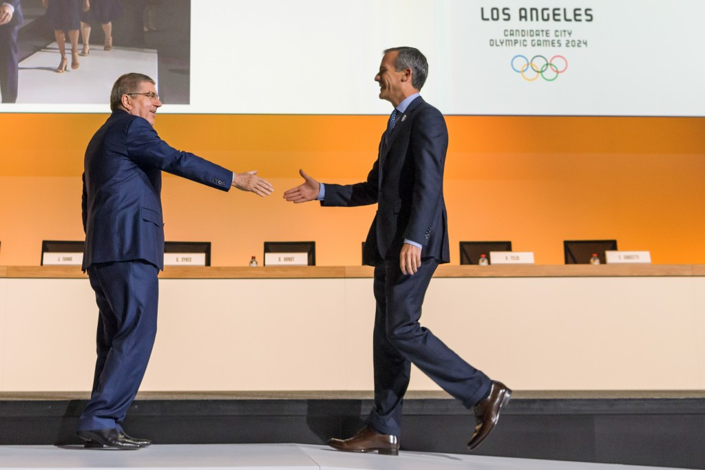 Los Angels Mayor Eric Garcetti, right, has secured major concessions from the IOC and its President Thomas Bach, left, in their negotiations for the Californian city to host the Olympics in 2028 ©Getty Images