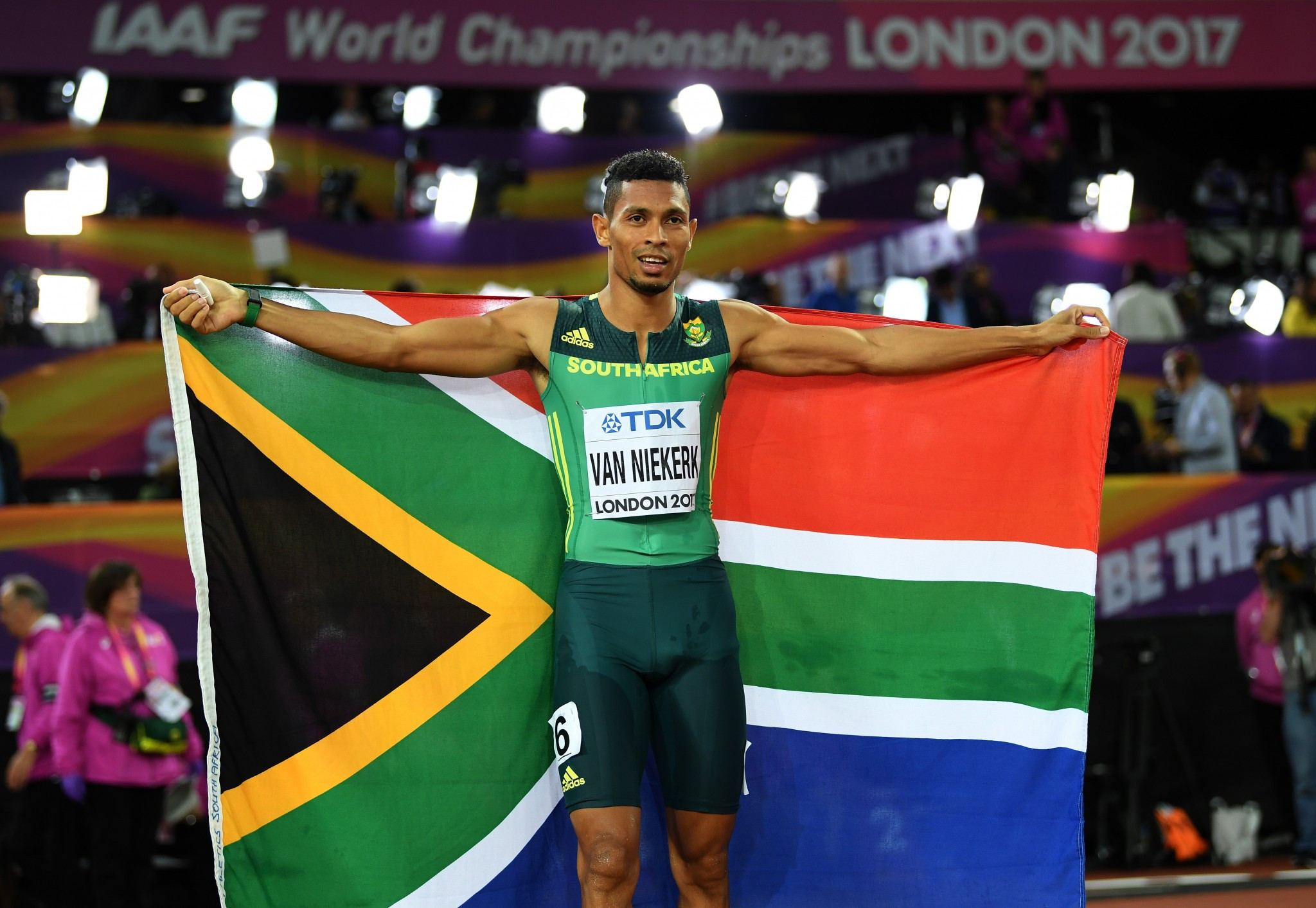 Van Niekerk strolls to 400m victory on fifth day of competition at IAAF World Championships