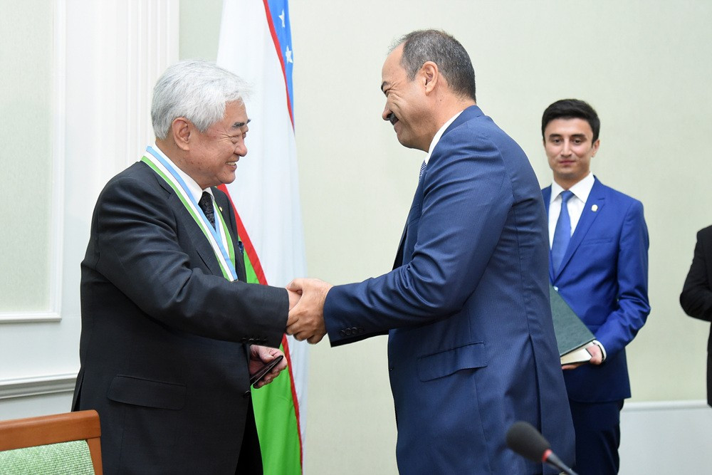 Choue presents Uzbekistan's President with honorary black belt