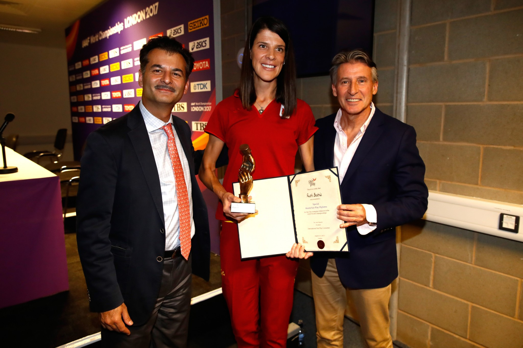 Olympic champion Beitia receives fair play award at IAAF World Championships