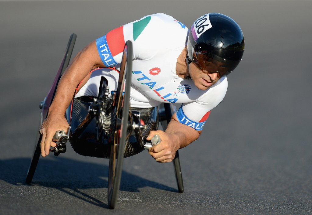 Alessandro Zanardi sealed Italy's second successive mixed team relay world title ©Getty Images