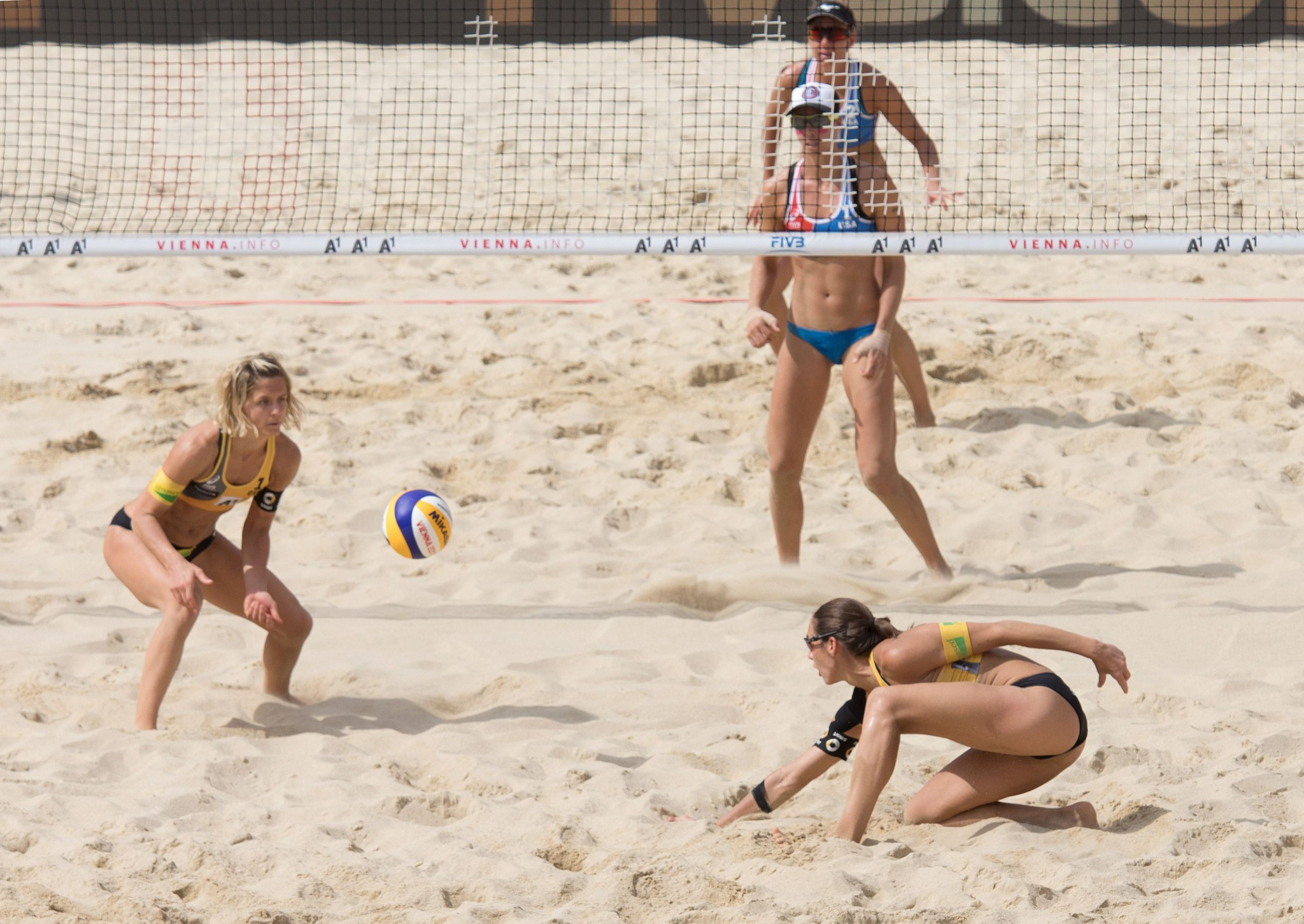 Defending men's and women's champions safely through at Beach Volleyball European Championships Final