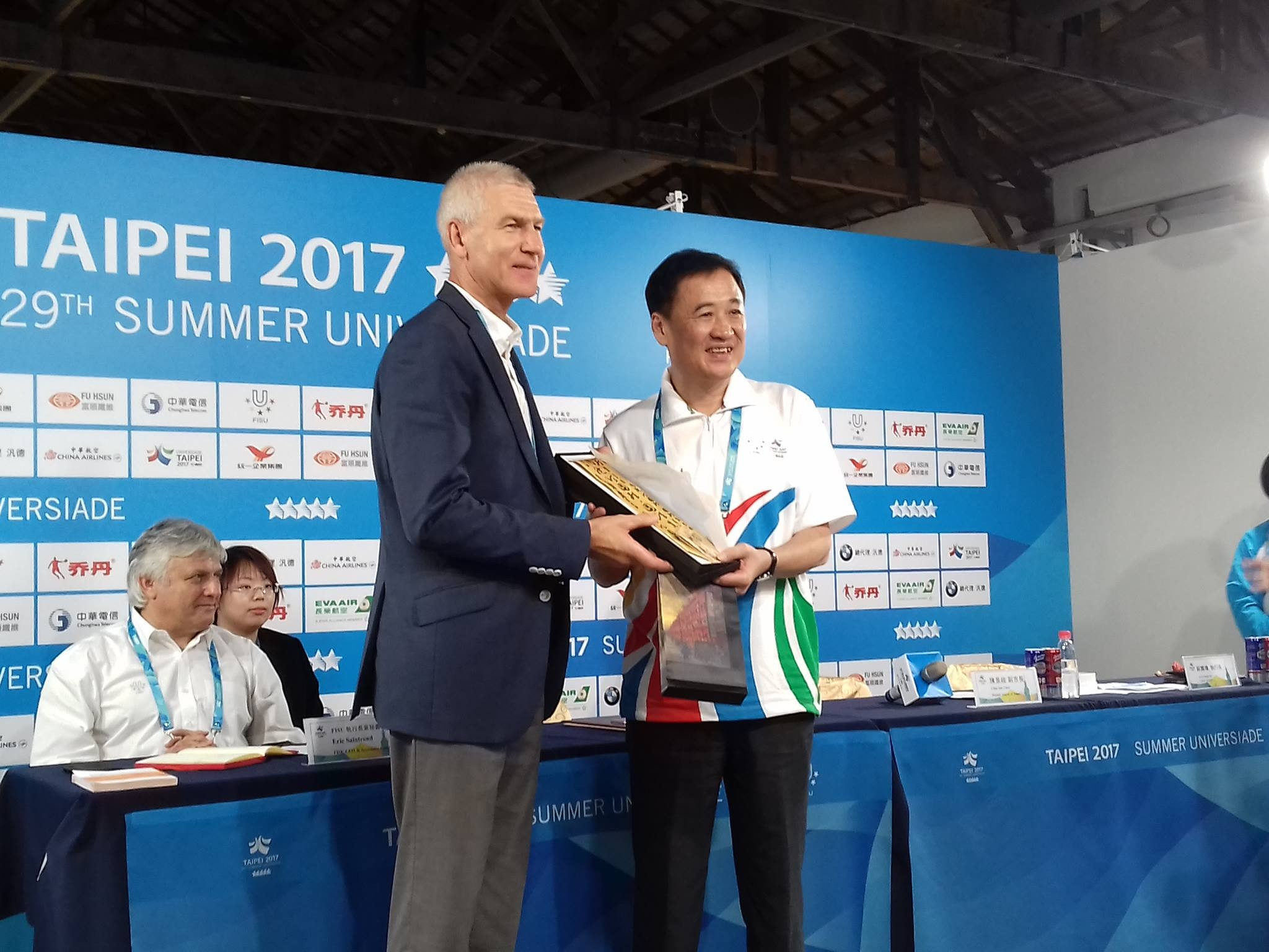 FISU President Oleg Matytsin, left, and Taipei Deputy Mayor Chen Chin-jun exchanged gifts to conclude the press conference ©ITG