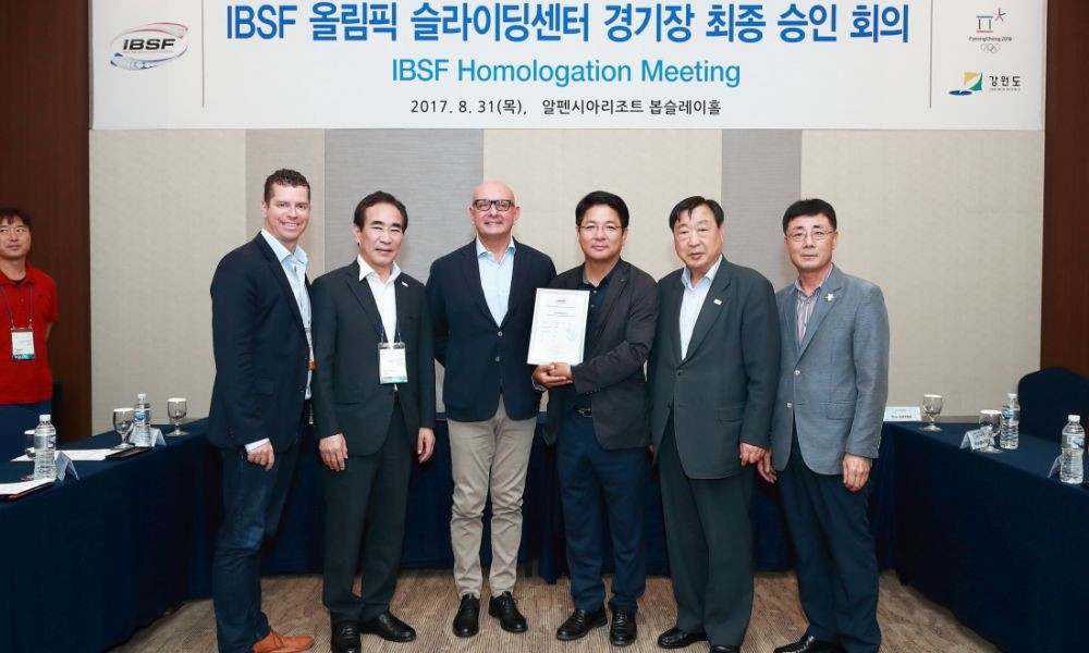 The IBSF homologation certificate has been handed over to Pyeongchang 2018 organisers ©IBSF