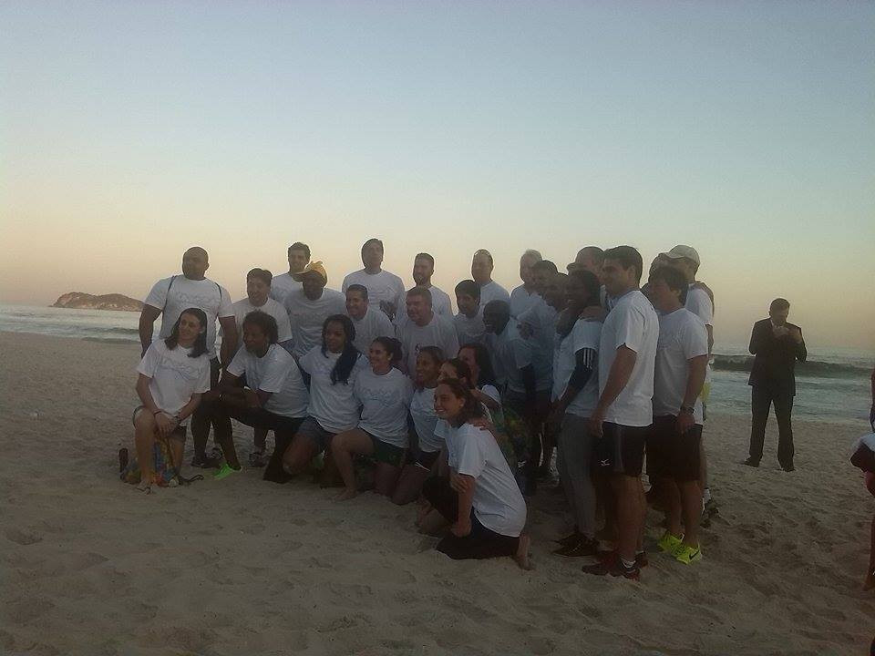 Thomas Bach posing with young and established Brazilian athletes on the eve of the one-year-to-go celebrations ©ITG