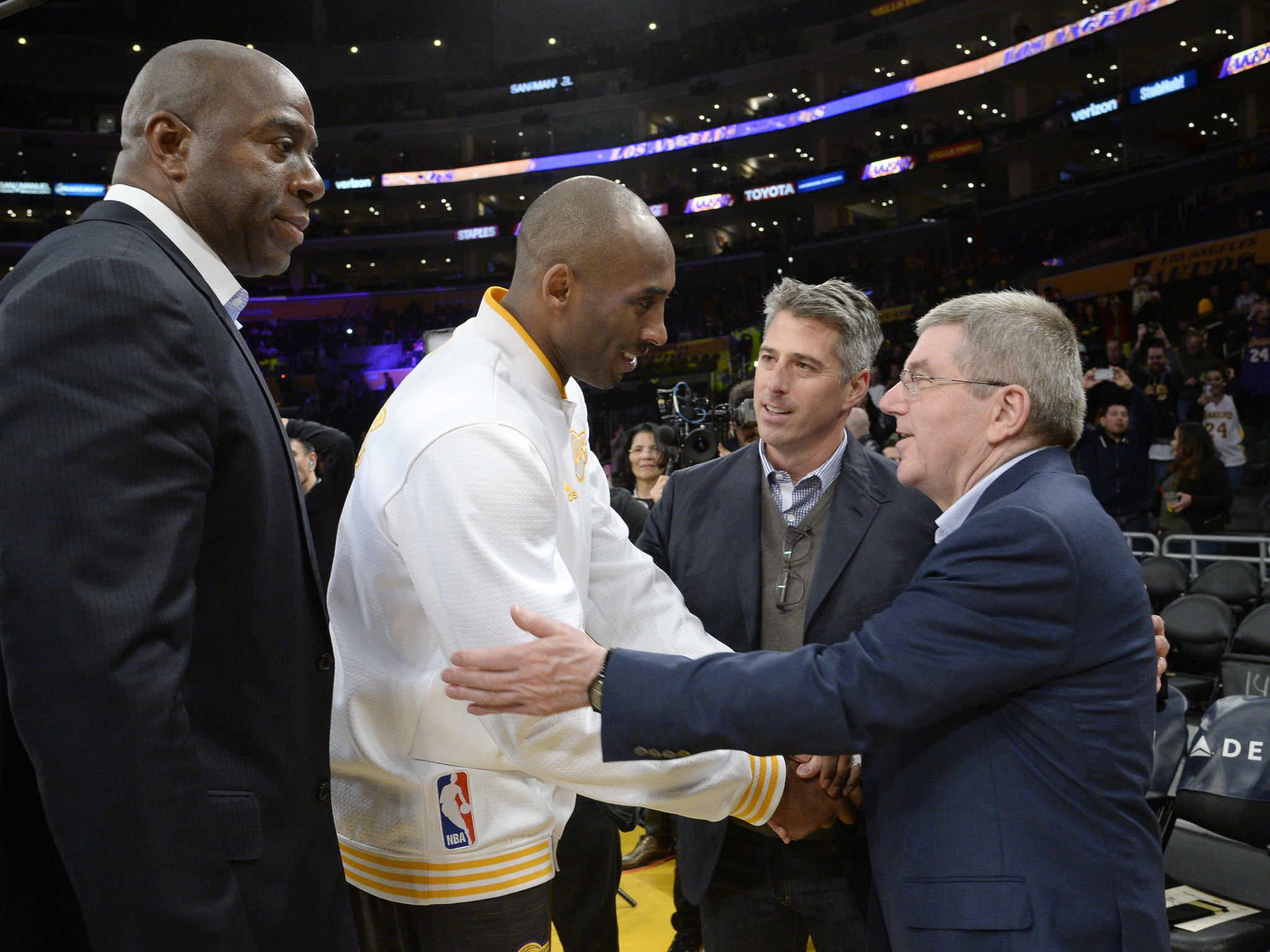 Thomas Bach, right, pictured meeting basketball superstar Kobe Bryant during a visit to Los Angeles in 2016 ©Getty Images