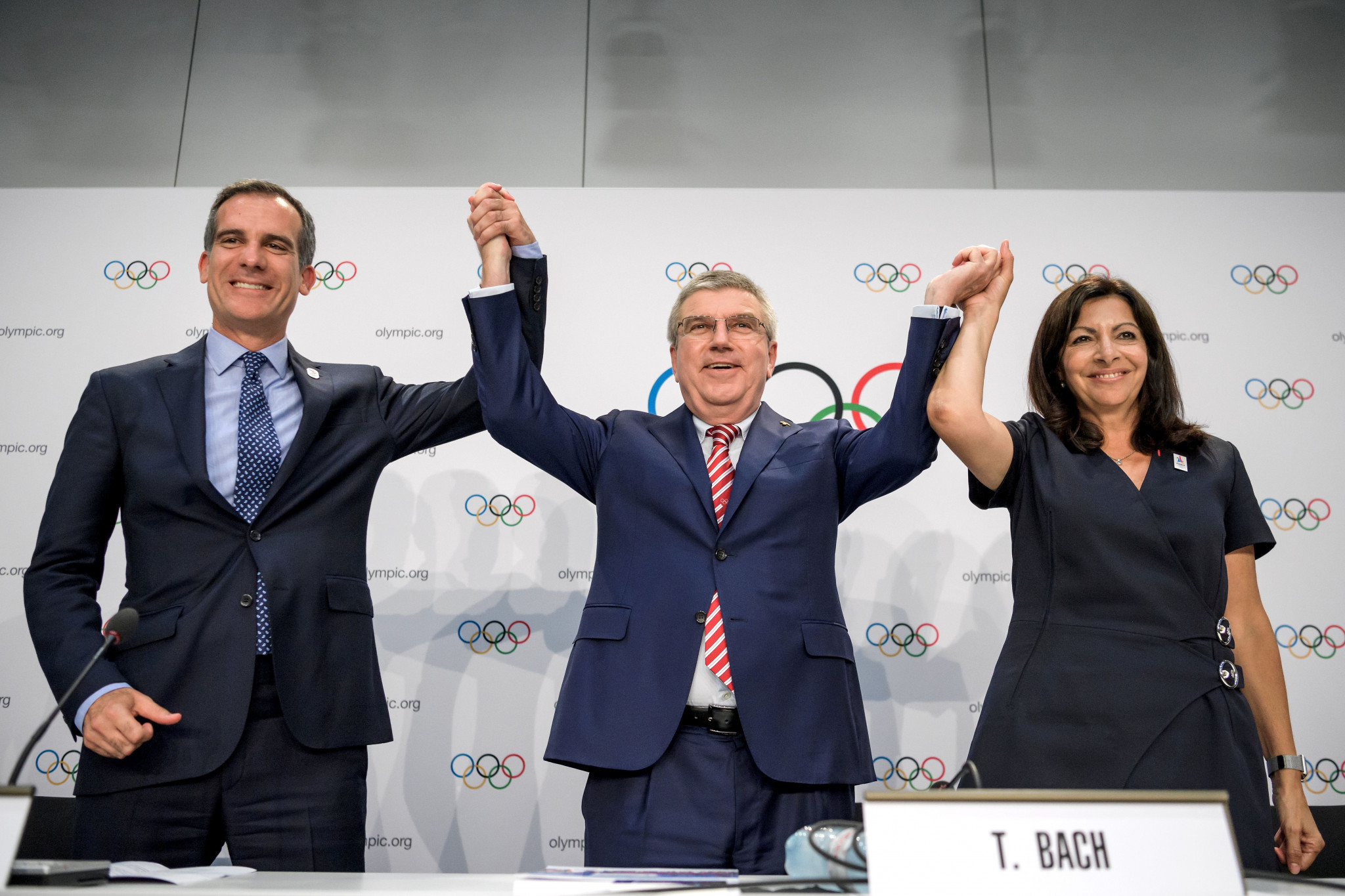 Thomas Bach celebrates with Los Angeles and Paris Mayors Eric Garcetti and Anne Hidalgo for the 2024 and 2028 Olympic and Paralympic Games to be awarded jointly to the two cities ©Getty Images
