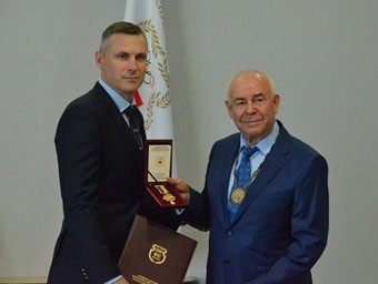 Veteran canoeist Sergei Makarenko, right, is honoured on his 80th birthday with a medal presentation from Andrei Astashevich, the first vice-president of the Belarus NOC ©NOC Belarus