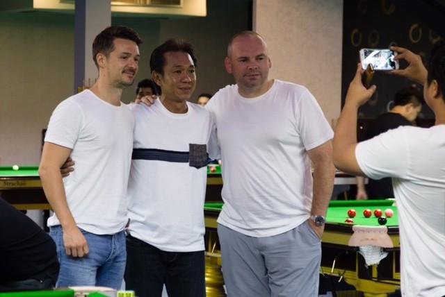 Michael Holt, à esquerda e Stuart Bingham, certo, com o dono James Wattana no World Class Snooker Club © World Snooker