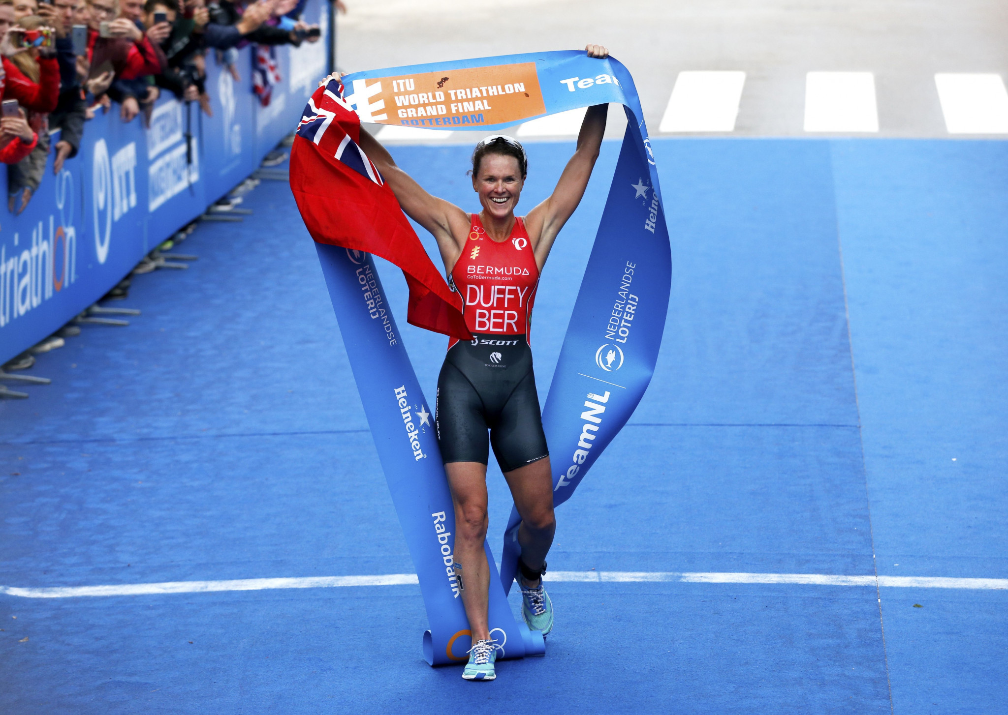 Mola and Duffy retain triathlon world titles at Rotterdam Grand Final