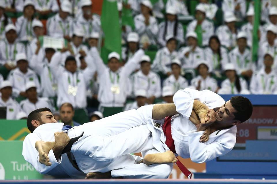 Fighters from Iraq and Turkmenistan clash in ju jitsu ©Ashgabat 2017