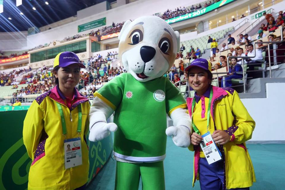 Volunteers and mascots pose together during the men's futsal competition ©Ashgabat 2017
