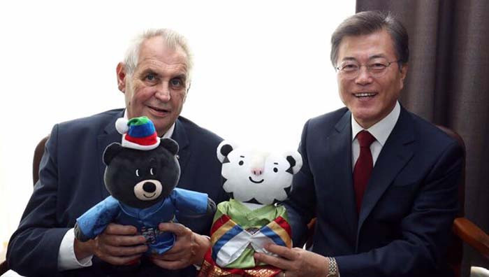 South Korean President Moon Jae-presented two Pyeongchang 2018 mascots to the Czech Republic leader Miloš Zeman during a meeting at the United Nations in New York City ©Korean Government
