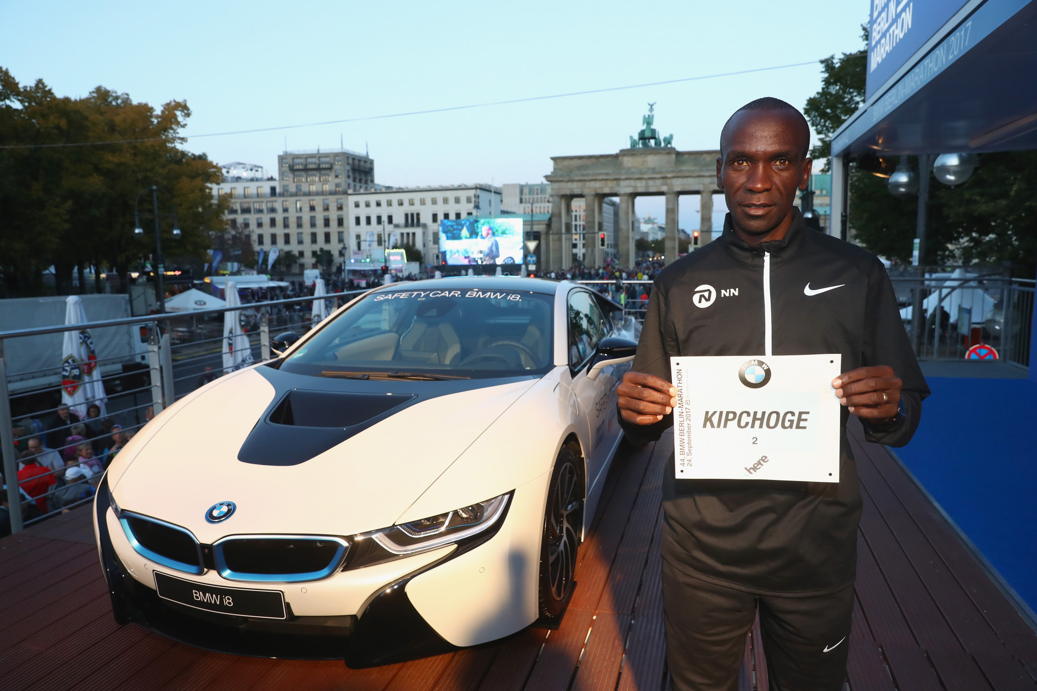 Eluid Kipchoge wth his starting number on the Berlin course ©Getty Images