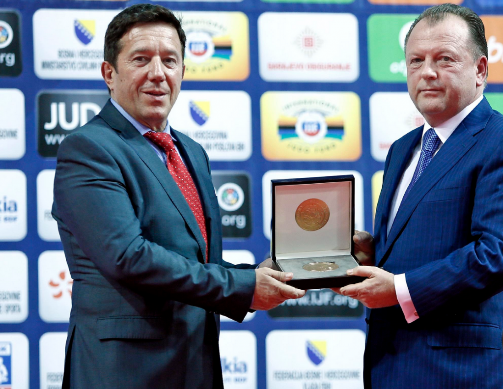 IJF President Marius Vizer presented the Federation's gold medal to Bosnia and Herzegovina Judo Federation President Branislav Crnogorac