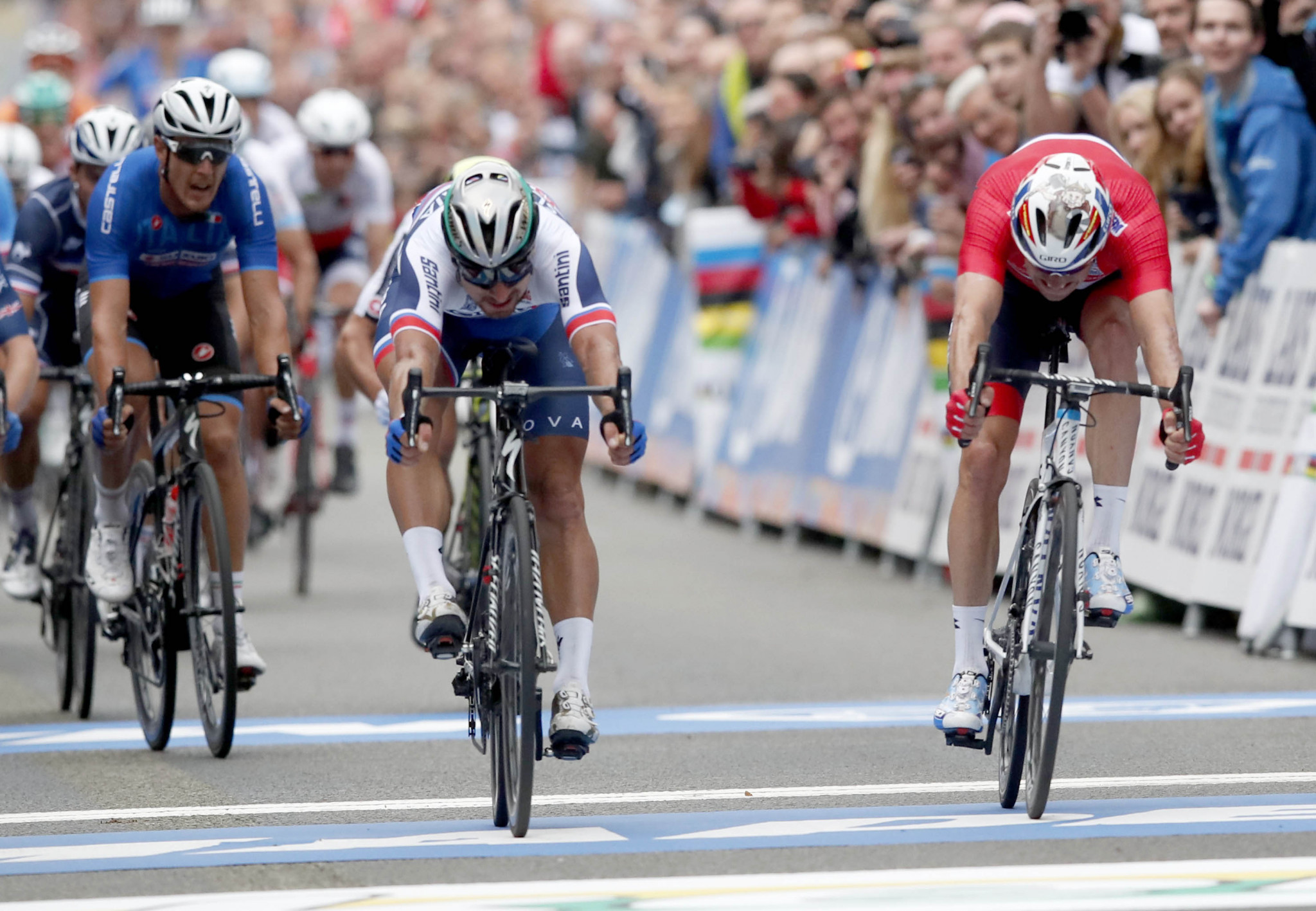 Sagan becomes 1st man to win 3 straight world road titles