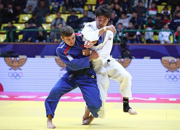 Dzmitry Minkou, blue, sealed the men's under-66kg gold ©IJF