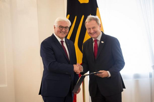Germany's President Frank-Walter Steinmeier, left, gives the Order of Merit to National Paralympic Committee President Friedhelm Julius Beucher ©DSB