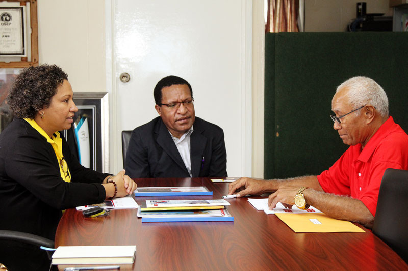 Wesley Raminai, centre, was briefed by Sir John Dawanincura, right, and Auvita Rapilla, left, during his visit ©A. Molen/PNGOC