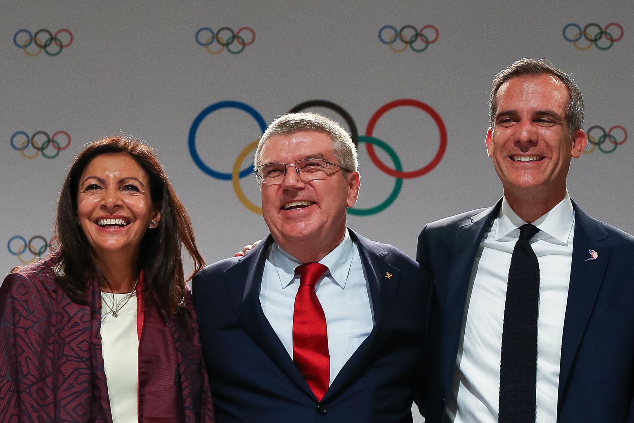 Anne Hidalgo, left, and Eric Garcetti, right, pictured either side of IOC President Thomas Bach ©Getty Images