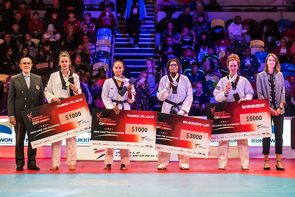 She celebrated with her fellow medallists ©World Taekwondo