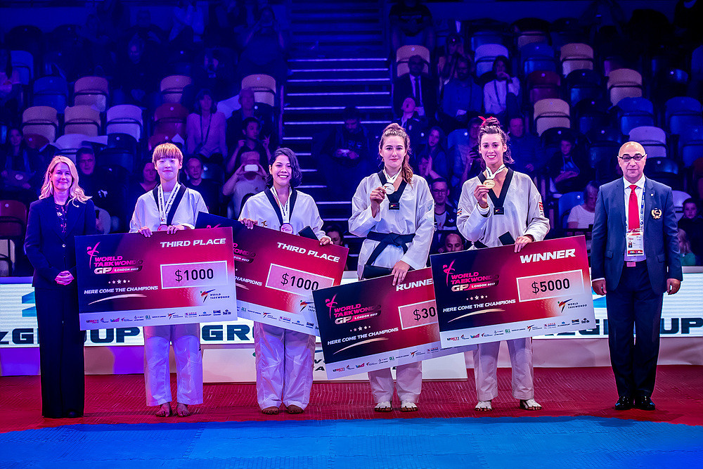 She celebrated her victory with her fellow medallists ©World Taekwondo