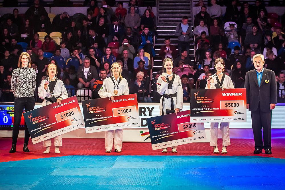 Wongpattanakit celebrated with her fellow medallists ©World Taekwondo