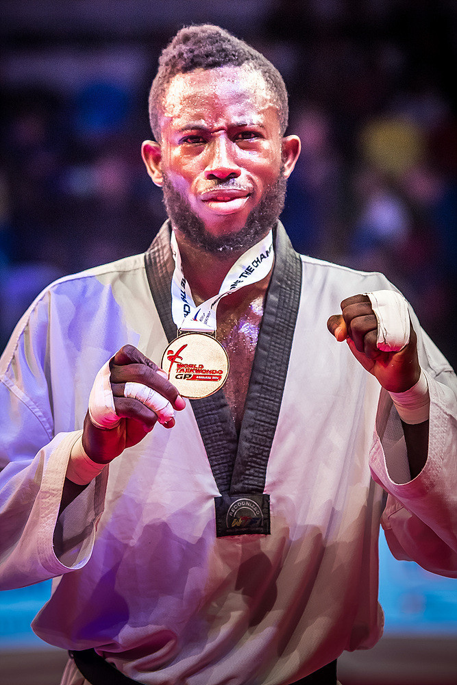 Cissé shows off his gold medal ©World Taekwondo