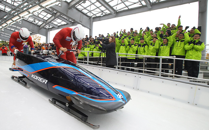 Won Yunjong and Seo Youngwoo, South Korean bobsleigh racers, launch their sled during a training session at the Alpensia Sliding Center ©Government of the Republic of Korea