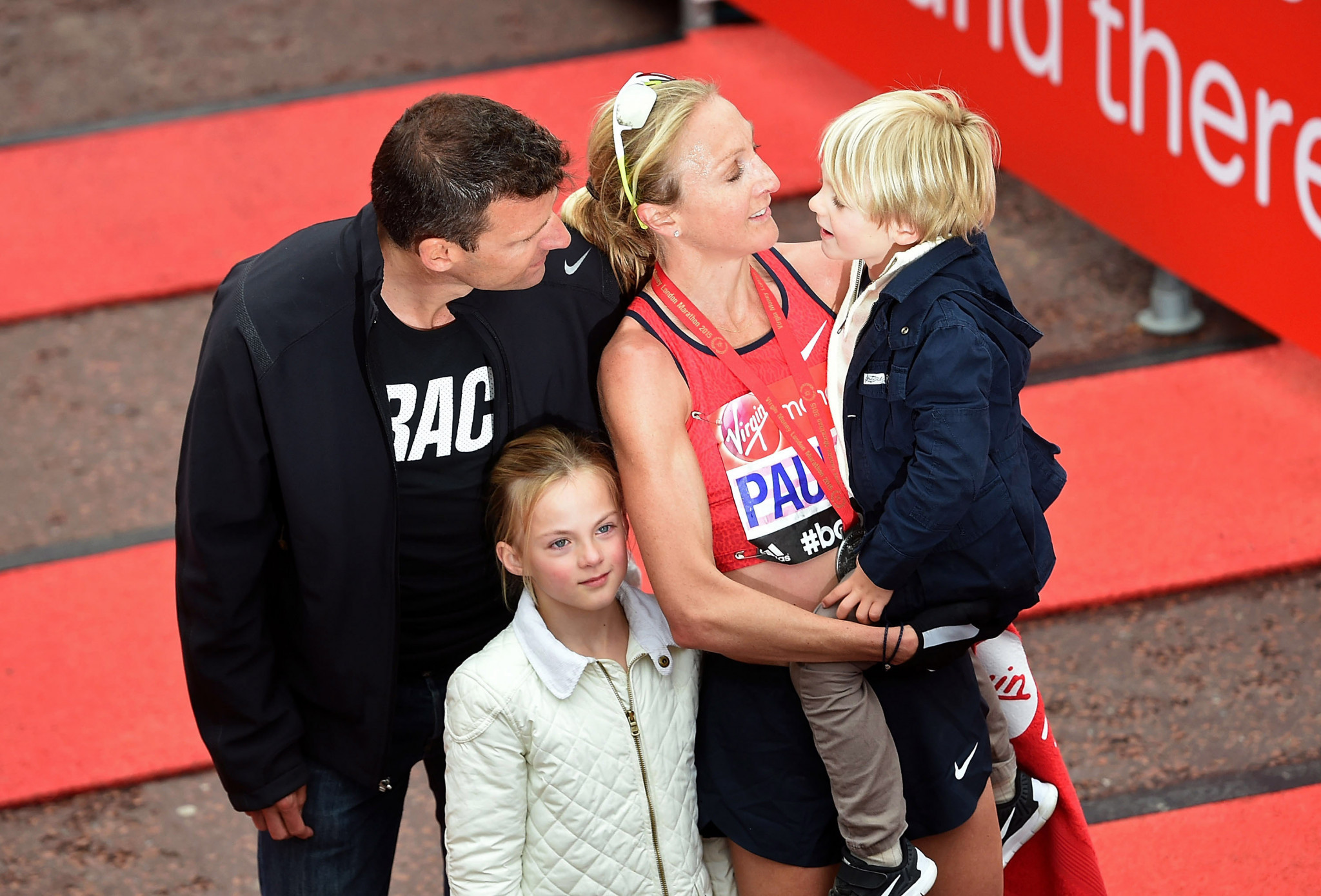 Gary Lough, left, with wife Paula Radcliffe and their two children after the 2015 London Marathon ©Getty Images