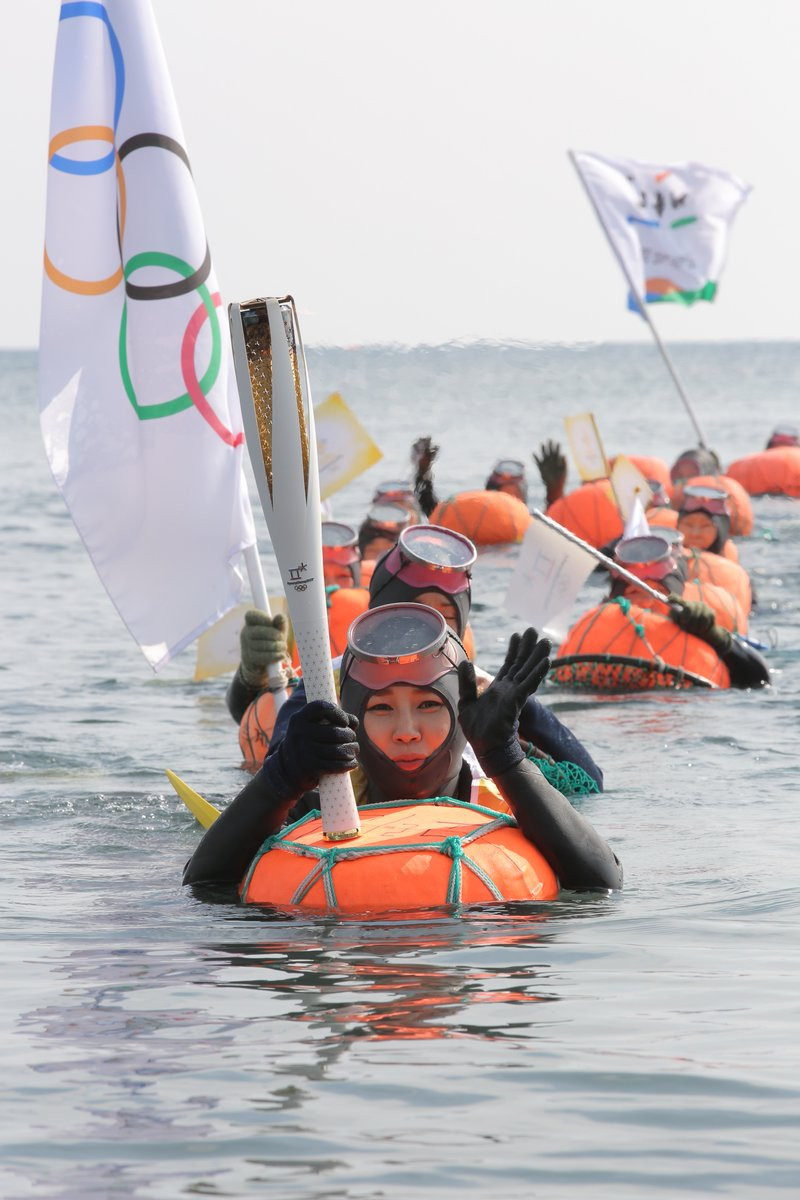 Divers were among the Olympic Torchbearers in Jeju ©Twitter