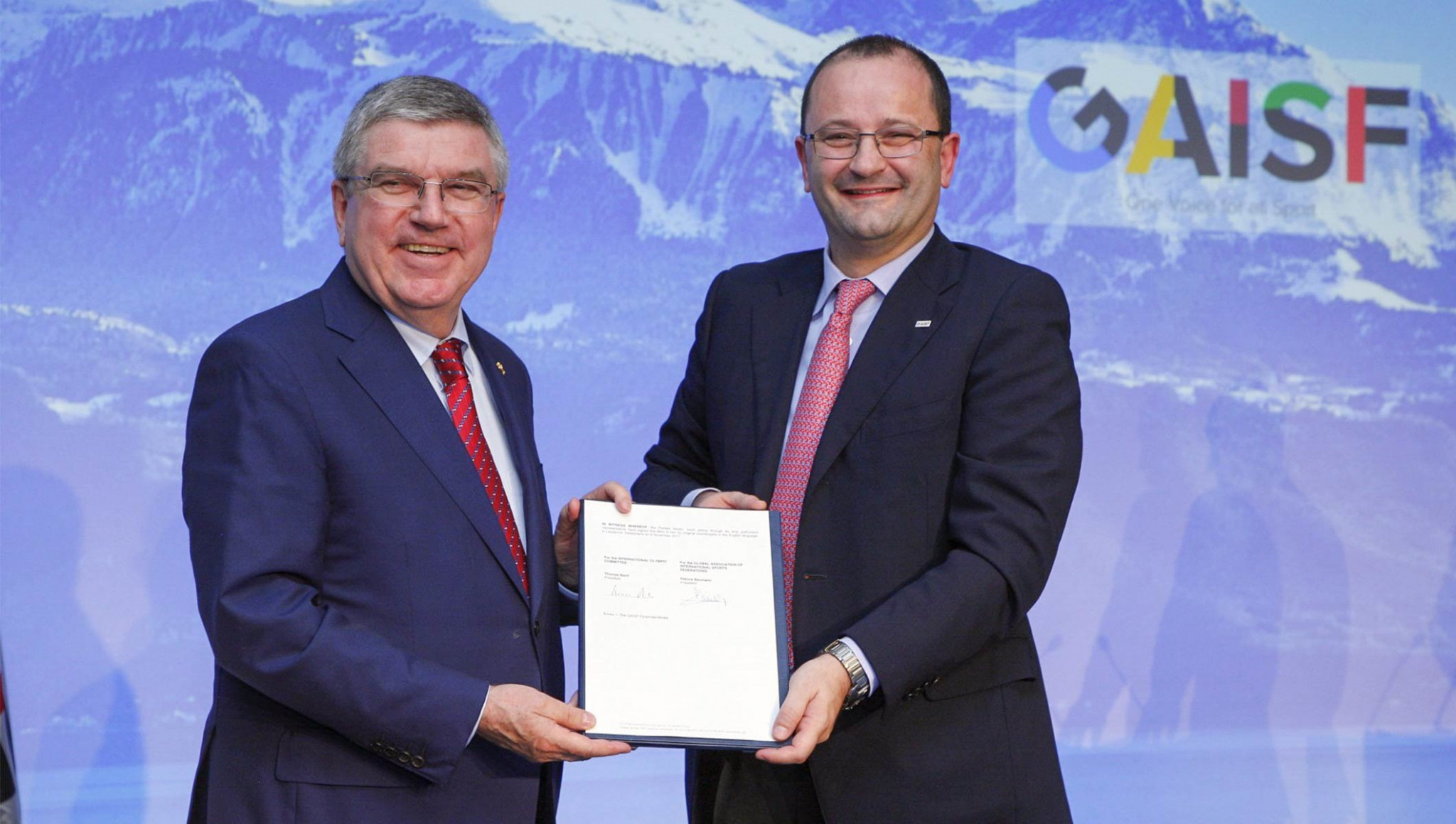 IOC President Thomas Bach, left, and GAISF counterpart Patrick Baumann signed the MoU ©IOC