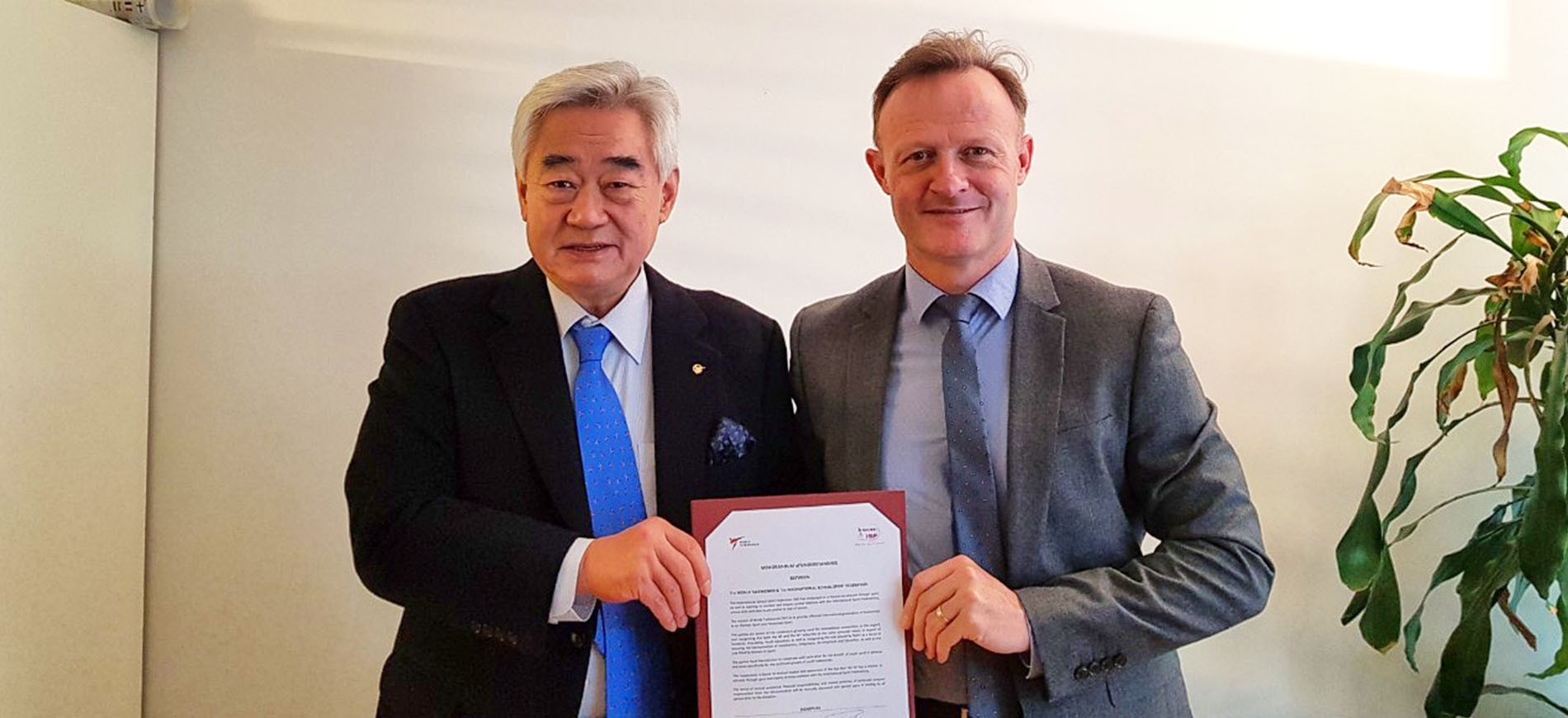 The Presidents of World Taekwondo, Chungwon Choue, left, and the International School Sport Federation, Laurent Petrynka, launch a Memorandum of Understanding in Lausanne ©World Taekwondo
