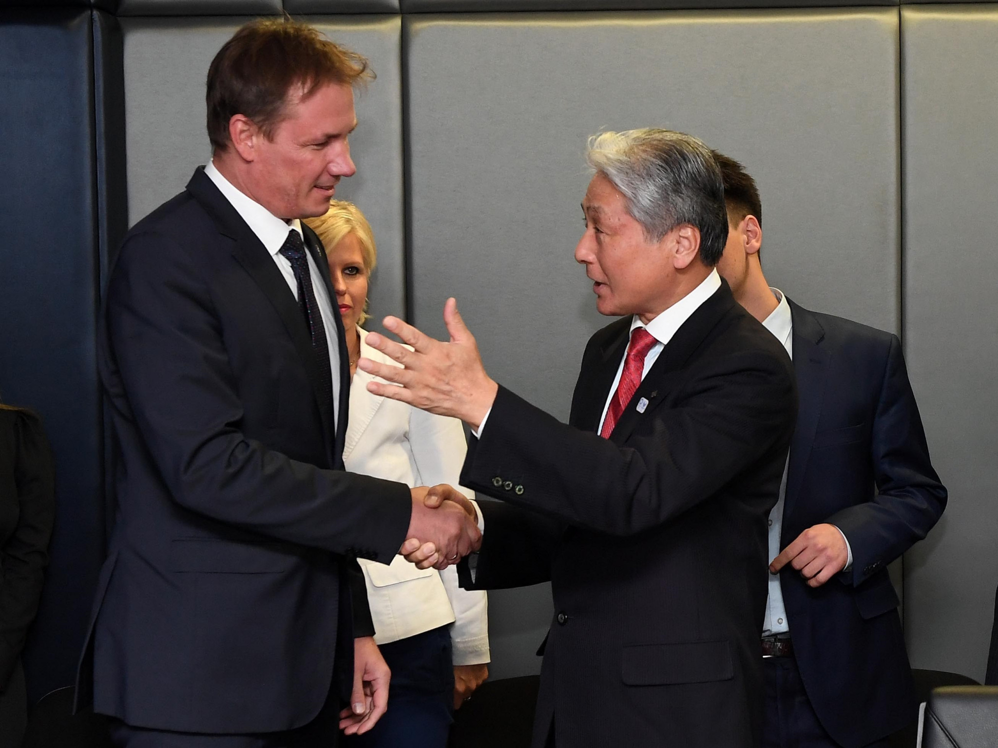 Tochigi Governor Tomikazu Fukuda, right, with Hungarian Olympic Committee President Krisztian Kulcsar, left ©MOB