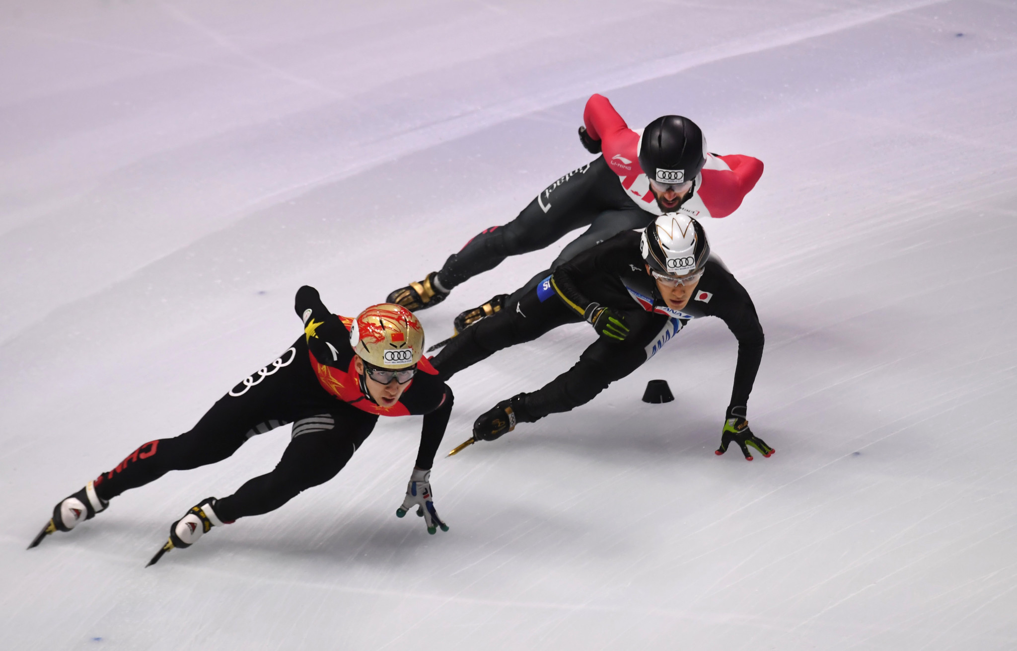 Olympic silver medallist Wu Dajing, left, continued his good form by progressing to the 1,000m quarter-finals ©Getty Images