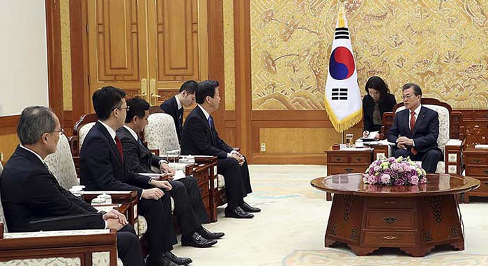 South Korean President Moon Jae-in met with a delegation of Japanese politicians and expressed his hope that Pyeongchang 2018 can help improve relations between the two countries ©Government of South Korea