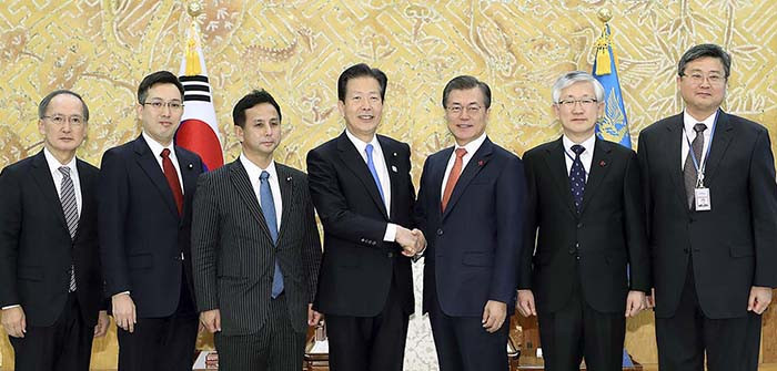 President Moon Jae-in poses for a commemorative photo with a delegation from the Japanese political party Komeito, led by the party's head Natsuo Yamaguchi, at the Blue House in Seoul ©Government of South Korea
