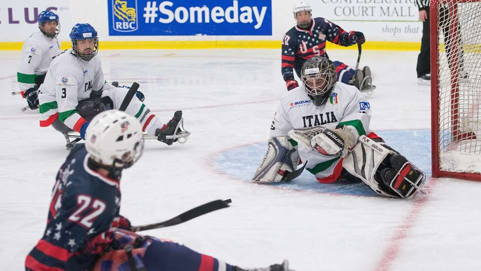 The United States beat Italy to move closer to defending their title ©Hockey Canada