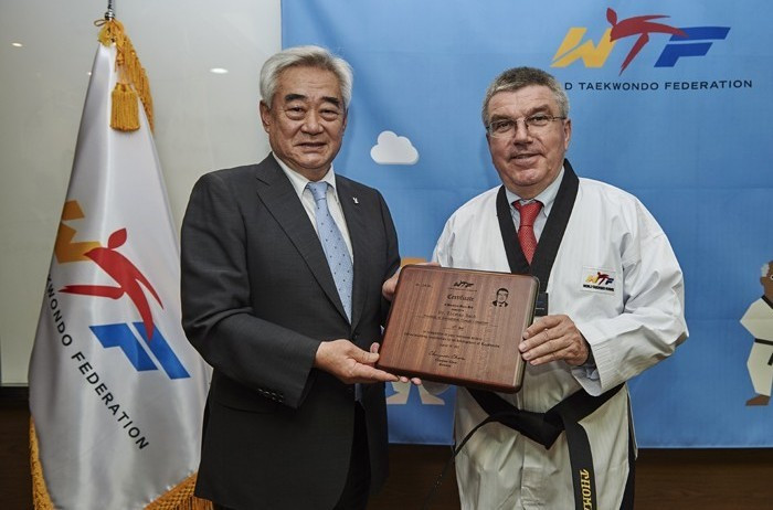 Chungwon Choue (left) awarding IOC President Thomas Bach an honorary 10th Dan black belt in taekwondo last week ©WTF