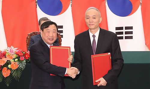 Pyeongchang 2018 and Beijing 2022 sign MoU in front of Chinese and South Korean Presidents