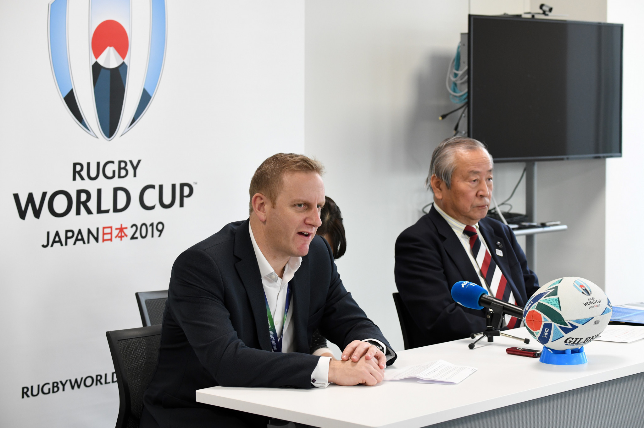Tournament director Alan Gilpin, left, and Japan Rugby chief executive Akira Shimazu speak following discussions in Tokyo ©Getty Images