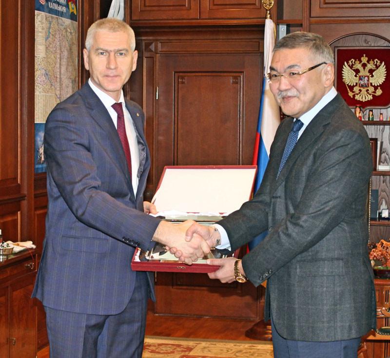 Oleg Matytsin, left, met with the head of the Republic of Kalmykia Alexey Orlov, right, during his visit to Elista ©FISU