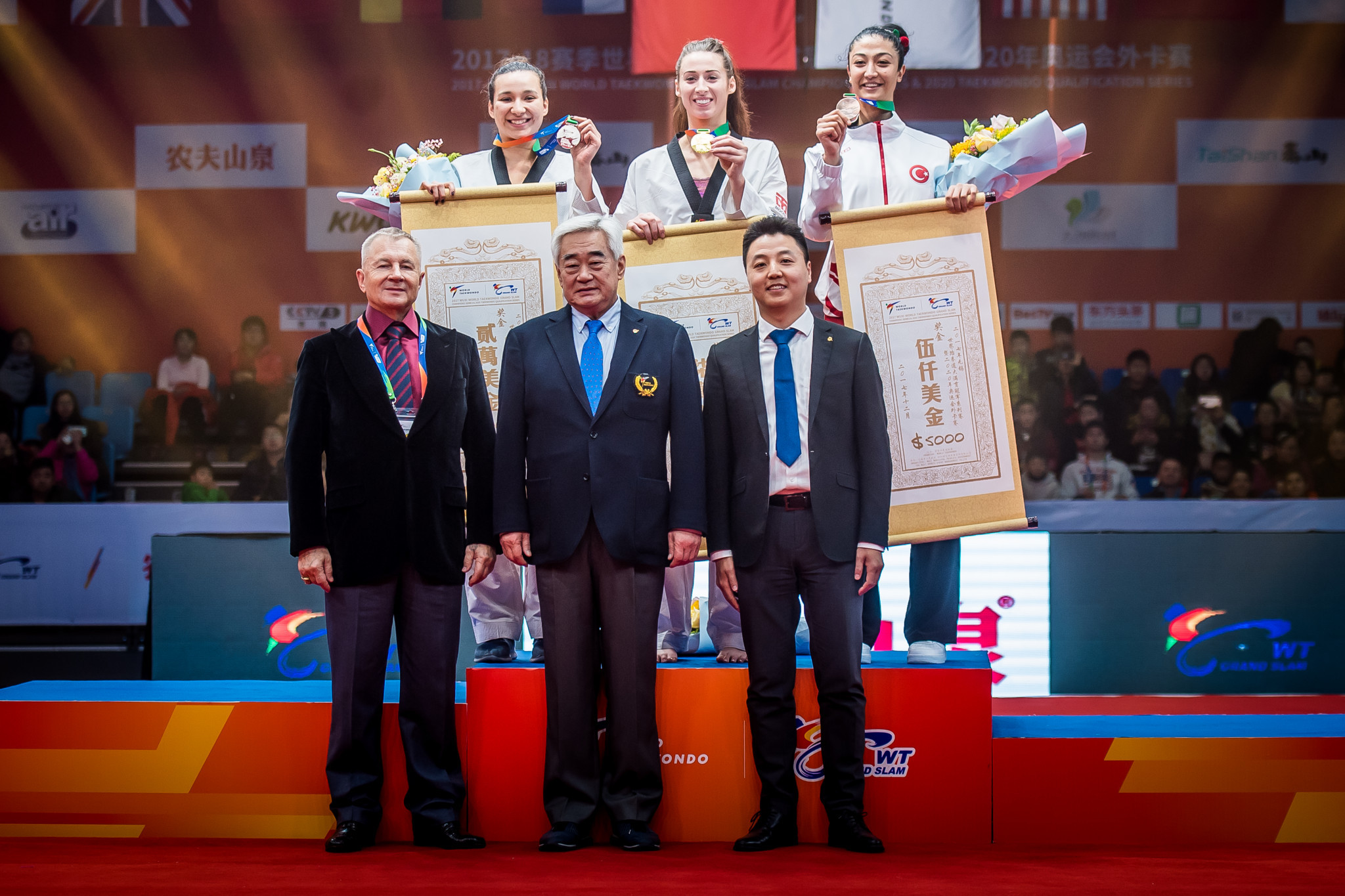 World Taekwondo President Chungwon Choue, front centre, presented the medallists with their prizes ©World Taekwondo