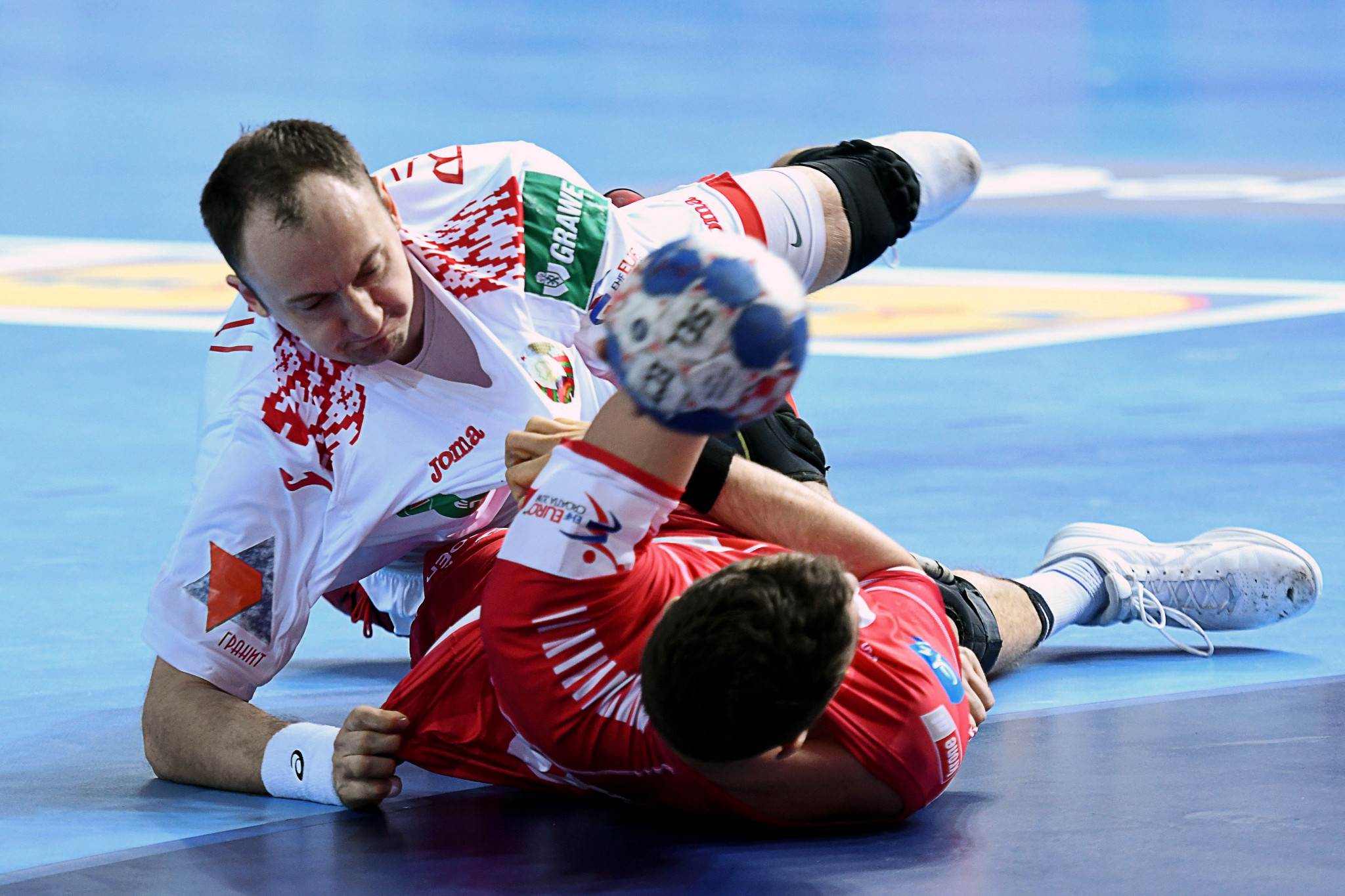 Maxim Babichev, of Belarus, vies for the ball with Lukas Herburger, of Austria, during the preliminary round group B match of the Men's 2018 EHF European Handball Championship in Porec, Croatia ©Getty Images