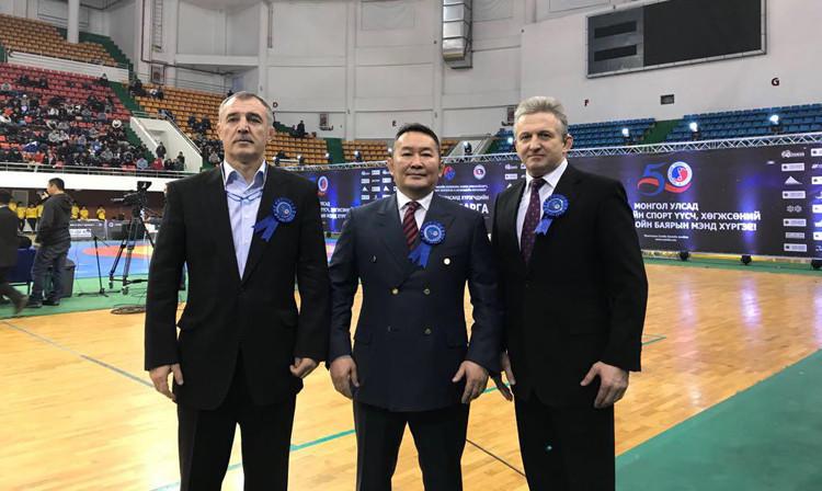 Mongolian President Battulga Khaltmaa, centre, has visited the country's National Sambo Championships ©FIAS