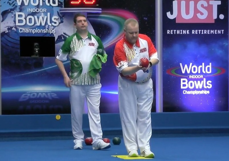 Darren Burnett of Scotland teamed up with England's Bex Field to beat the defending champions ©YouTube