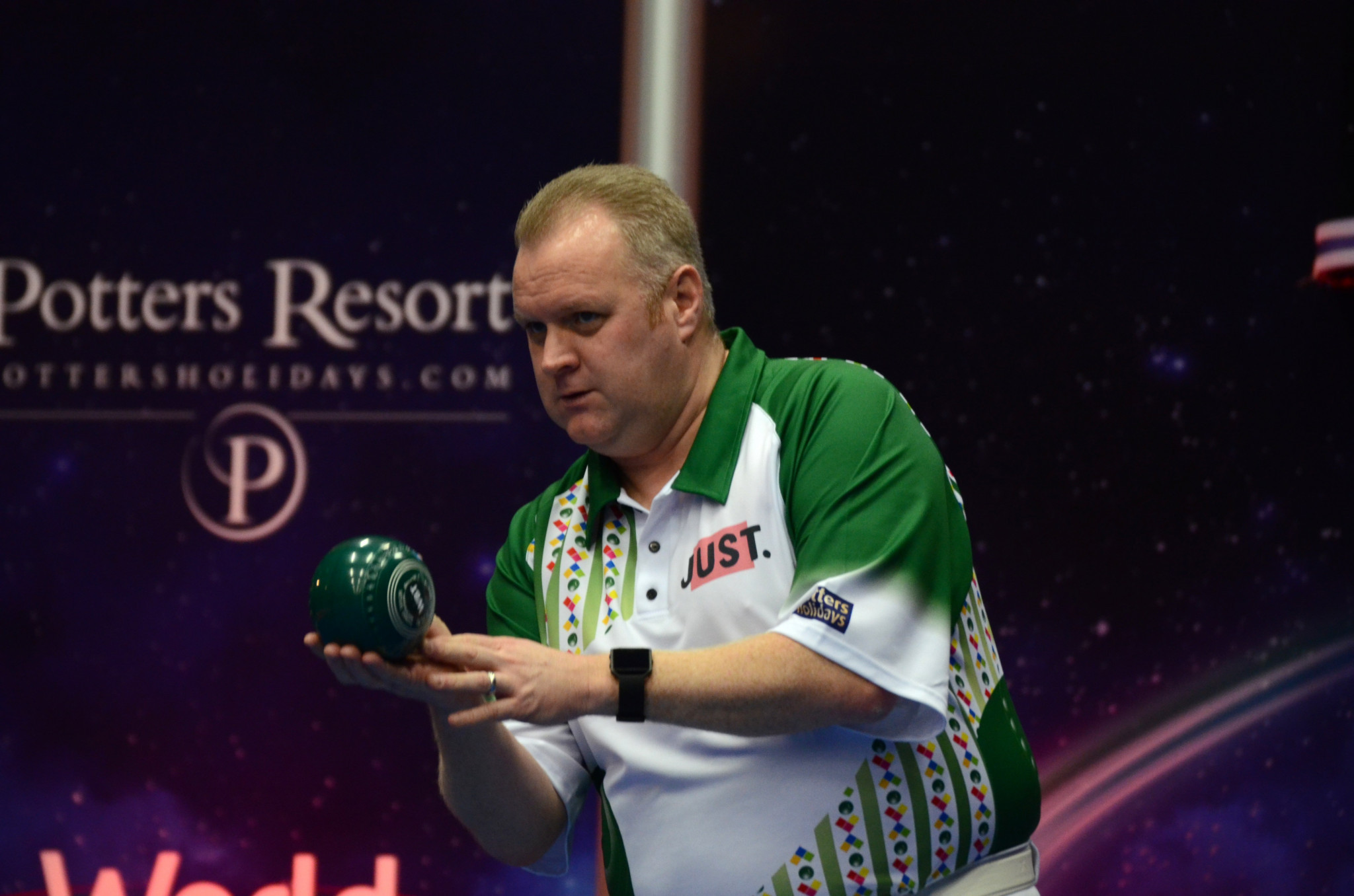Scotland's Darren Burnett set up a meeting with England's Mark Dawes in the next round after he proved too strong for Welsh bowler Jason Greenslade ©World Bowls Tour